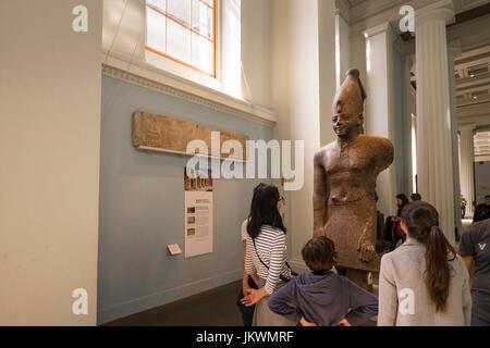 Familiengruppe Blick auf eine Ausstellung im British Museum, ein Publikumsmagnet für London-Besucher. - Stockfoto