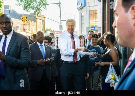 New Yorker Bürgermeister Bill de Blasio begrüßt Fans und Kleinunternehmen in Jamaica, Queens Nachbarschaft von New - Stockfoto