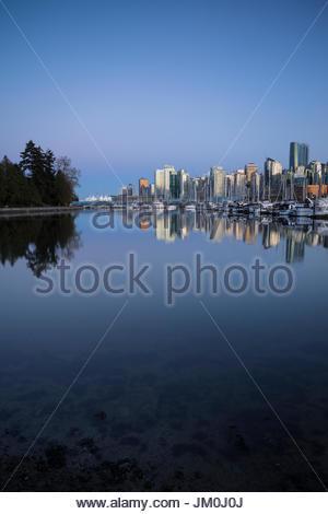 Vancouver Skyline Reflexion im Stanley Park, Vancouver, b.c., Kanada - Stockfoto