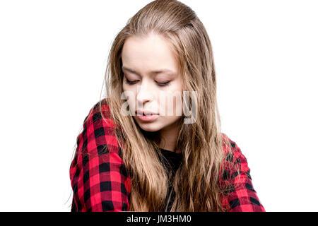 Portrait von junge attraktive Frau mit geschlossenen Augen, isoliert auf weiss - Stockfoto