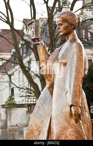 Warschau, Polen - 2. Dezember 2014: Skulptur von Marie Sklodowska-Curie von polnischen Bildhauer Bronislaw Krzysztof. - Stockfoto