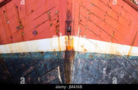 In der Nähe von Bogen von alten verlassenen Schiff auf dem Trockenen angedockt. Rote und blaue Farbe, plimsoll Line - Stockfoto