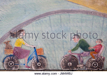 Dekorfliese Malerei, eine Familie auf dem Fahrrad - Stockfoto