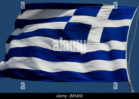 Wehende Flagge von Griechenland isoliert auf weiem Hintergrund