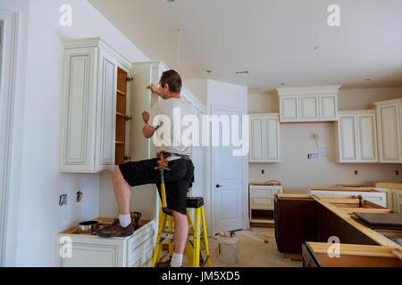 Küchen türen erneuern  einbau küche. arbeitskraft wird auf küchenschrank türen ...