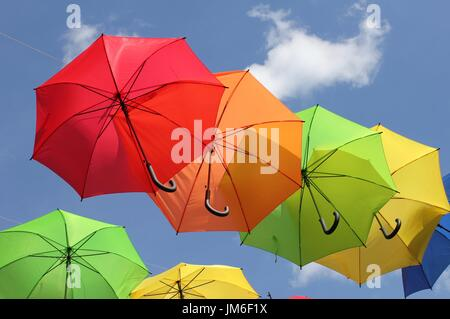 Schirme am Himmel - Stockfoto
