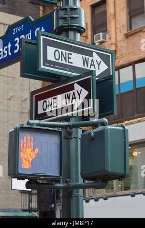 One way Straßenschild Pol in New York mit roten Ampel in der Stadt - Stockfoto
