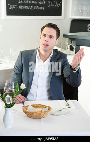 Mann ruft die Kellner in einem restaurant - Stockfoto