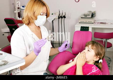 kleines Mädchen hat Angst vor dem Zahnarzt - Stockfoto