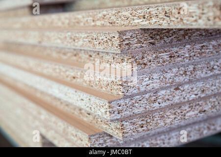 Spanplatte Stücke gestapelt in der Werkstatt. Holzbearbeitung, Schreinerei, Produktion - Stockfoto