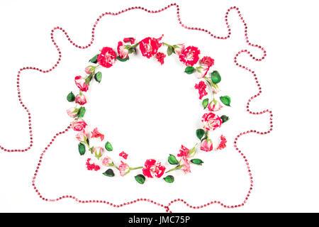 Blumen-Komposition. Kranz aus frischen Rosen und getrockneten Blumen auf weißem Hintergrund. Flach legen, Top Aussicht - Stockfoto
