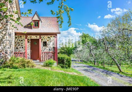Steinhaus mit veranda  Haustür und Terrasse von einem rustikal englischen Landhaus in ...