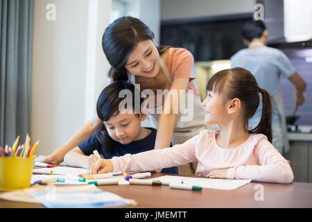 Happy Chinese Geschwister Zeichnung Bilder zusammen zu Hause - Stockfoto