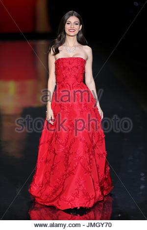 Victoria Justice. Schauspielerin Victoria Justice, trägt eine Kleid ...