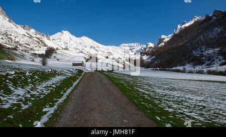 Eine verschneite Panoramablick von der Hauptstrecke von Valle del Lago und die umliegenden Gipfel im Naturpark Somiedo - Stockfoto