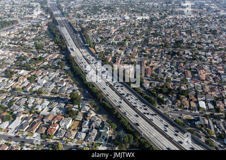Luftaufnahme des San Diego 405 Freeway in Los Angeles County, Kalifornien. - Stockfoto