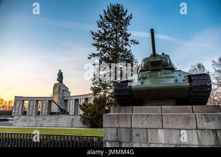 Berlin, Deutschland, Denkmal für die sowjetischen Soldaten, Tiergarten District, russische t-34 Panzer, - Stockfoto