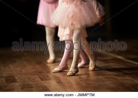 Ein 3 Jahre altes Mädchen auf der Bühne ihre Ballettaufführung. - Stockfoto
