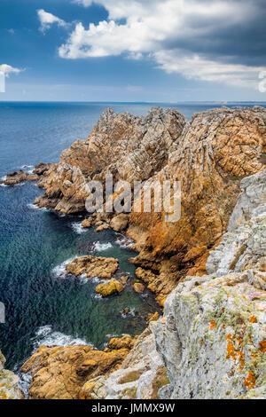 Felsige Küstenlandschaft rund um Pointe de Pen-Hir in der Bretagne, Frankreich - Stockfoto