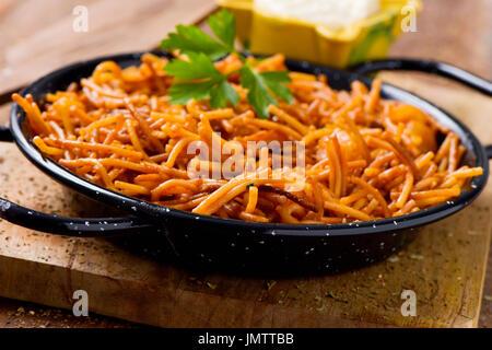 Nahaufnahme von einem spanischen Fideua, eine typische Nudeln Auflauf mit Meeresfrüchten in einer Paella-Pfanne - Stockfoto