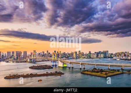 Tokyo, Japan Skyline an der Bay mit der Regenbogenbrücke. - Stockfoto