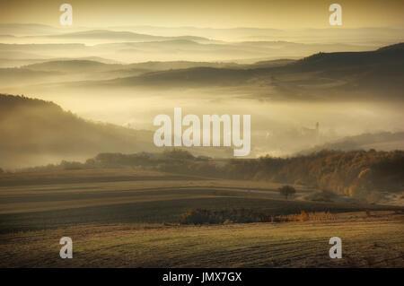 Herbst morgen Landschaft, Hügel im Nebel im ländlichen Gebiet in Osteuropa - Stockfoto