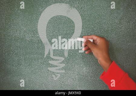 Digitalen zusammengesetztes Bild gelbe Glühbirne gegen Hand an Tafel schreiben - Stockfoto
