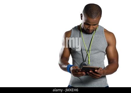 Männlichen Rugby-Trainer mit digital-Tablette stehend vor weißem Hintergrund - Stockfoto