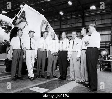 Dr. Wernher von Braun, Direktor der US-Army Ballistic Missile Agency (ABMA) Development Operations Division, zeigt die sieben ursprünglichen Mercury-Astronauten in ABMA Fabrication Laboratory briefing. (Links nach rechts) Guss Grissom, Walter Schirra, Alan Shepard, John Glenn, Scott Carpenter, Gordon Cooper, Donald Slayton und Dr. von Braun. Credit: NASA über CNP