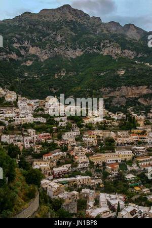 Positano, Amalfiküste, Italien. 13. Oktober 2004. Die malerischen Klippen Dorf Positano, mit seinen weiß getünchten - Stockfoto