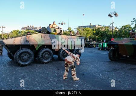 Während der Tag der Bastille in Paris französische und amerikanische Soldaten geht auf den Champs Elysées für den - Stockfoto