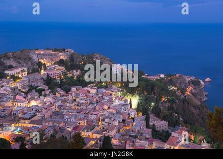 Taormina Sizilien, Luftaufnahme von Taormina in der Nacht, Sizilien. - Stockfoto