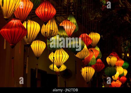 Bunte Seide Laternen leuchten am Abend in Hoi an, Vietnam, bekannt für seine Laterne-Designs