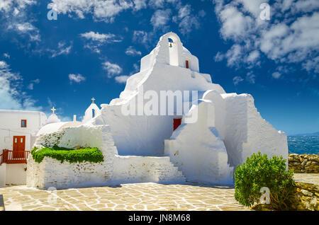 Insel Mykonos, Kykladen, Griechenland. Panagia Paraportiani Kirche in Mykonos. Eine schöne alte weiße Kapelle. - Stockfoto