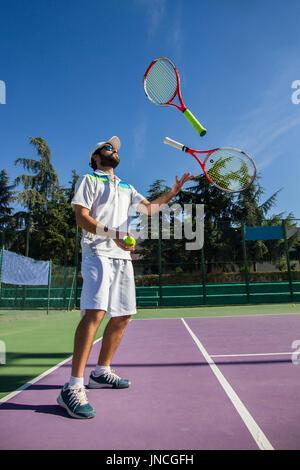Profi-Tennisspielerin Jonglieren mit dem Schläger. Er hat eine gute Zeit vor dem Spiel. - Stockfoto