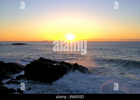 Strand Sunrise Wellen schlagen Felsen. Sonnenaufgang am Küste mit Felsen. - Stockfoto