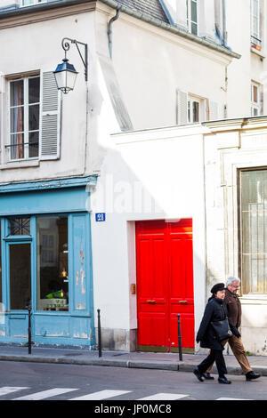 Paris, Frankreich - 2. März 2016: Mitte Alter paar Fuß vorbei an alten Gebäuden auf Rue du Petit Musc in Marais, - Stockfoto