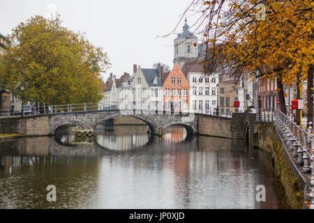 Brügge, Belgien – 31. Oktober 2010: Mutter und Tochter-Zyklus über Brücke in der Altstadt von Brügge im Herbst. - Stockfoto