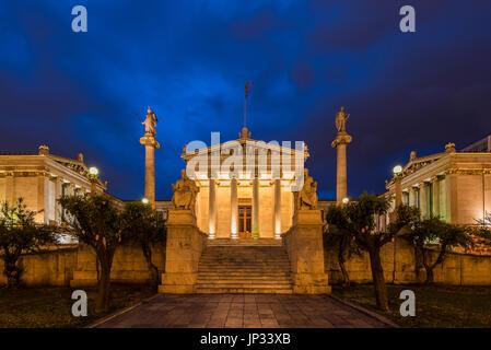 Nachtansicht des Hauptgebäudes der Akademie von Athen, Athen, Attika, Griechenland - Stockfoto