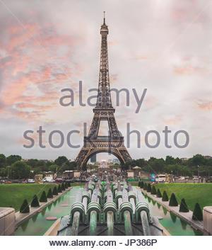 Einen atemberaubenden Sonnenuntergang mit Blick vom Trocadero auf dem Eiffelturm in Paris - Stockfoto
