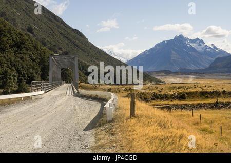 Einspurige Brücke auf dem Weg zum Mount Cook - Stockfoto