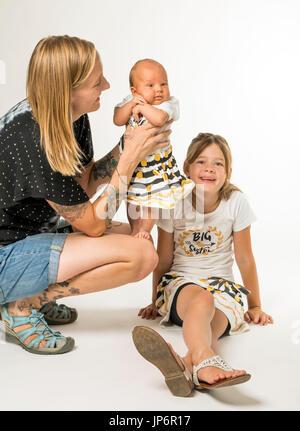 Studio-Porträt der Mutter, 7 jährige Tochter & 7 Wochen altes baby - Stockfoto