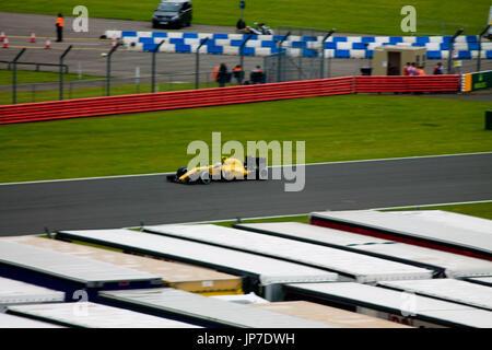 Joylon Palmer in seinem 2016 Renault F1-Auto auf die Bügel gerade auf den Grand Prix in Silverstone