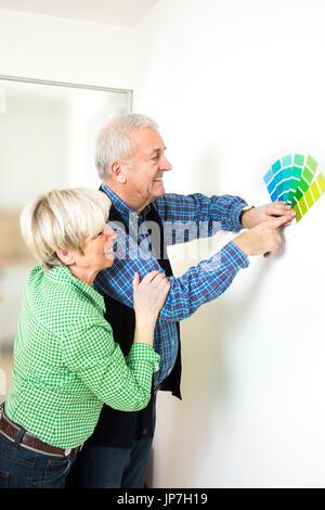 Älteres Paar mit Farbmuster - Stockfoto