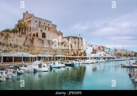 Spanien Balearen Insel Menorca, Ciutadella Stadt, Stadt Halle und Ciutadella Hafen - Stockfoto