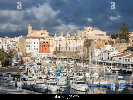 Spanien, Balearen, Insel Menorca, Ciutadella Stadt und Hafen - Stockfoto