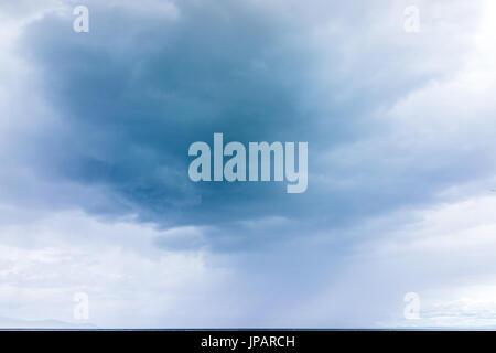 Viele weiße Möwen Vögel fliegen in Herde Gruppe gegen stürmischen graue Wolke im Himmel - Stockfoto