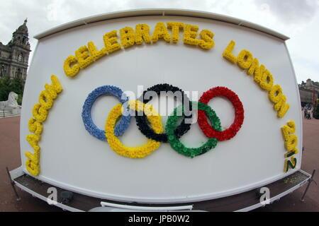 Glasgow bunten Olympischen Spiele in London 2012 Logo tragbare Plakatwänden in George square Tings oder Verflechtung - Stockfoto
