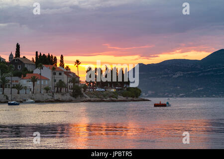 Sonnenuntergang vom Dorf Korcula (Korčula, Insel Korcula, Dubrovnik-Neretva County, Region Dalmatien, Kroatien, - Stockfoto