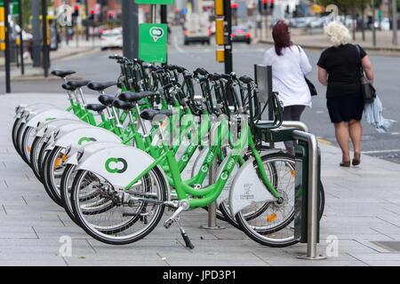 Ein City Bike Docking Station auf der Strand in Liverpool, wo Fahrräder mieten und zurückgegeben werden kann - Stockfoto